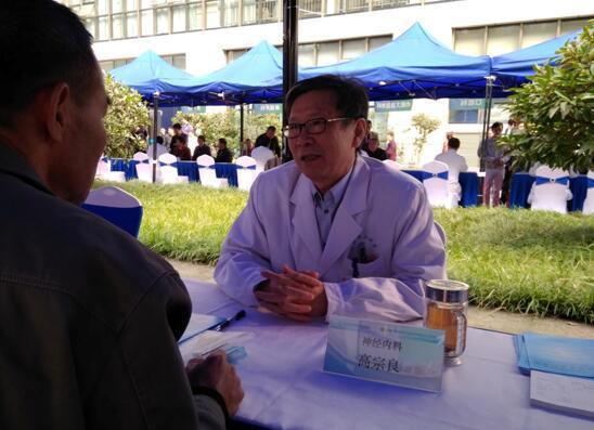 新华网:安医大二附院举行百名专家义诊活动